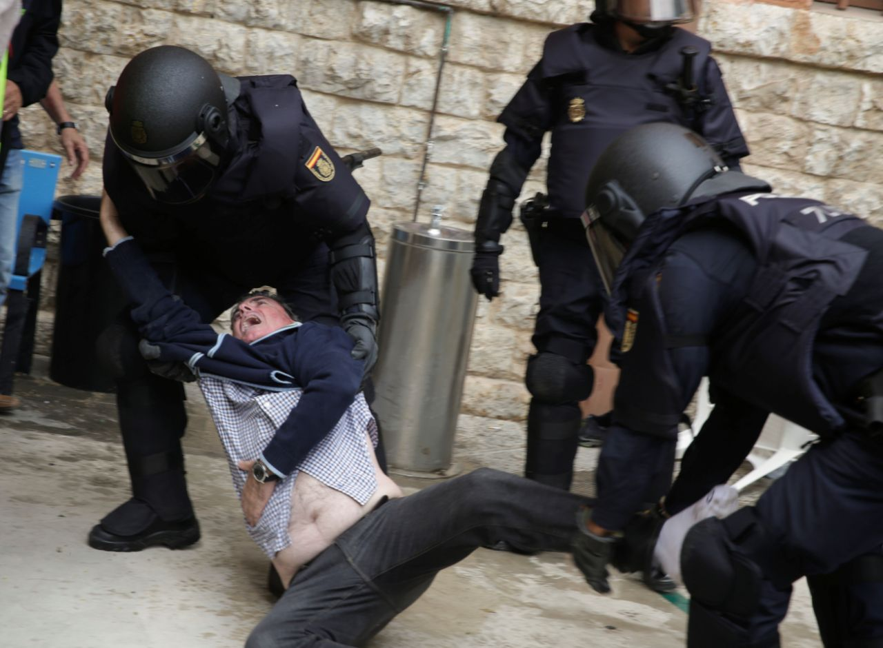 Policía española reprime a votantes durante referéndum en Cataluña