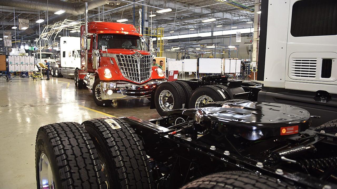 Fabricantes de camiones temen golpe a cadena de suministro por cierre de plantas por Covid-19