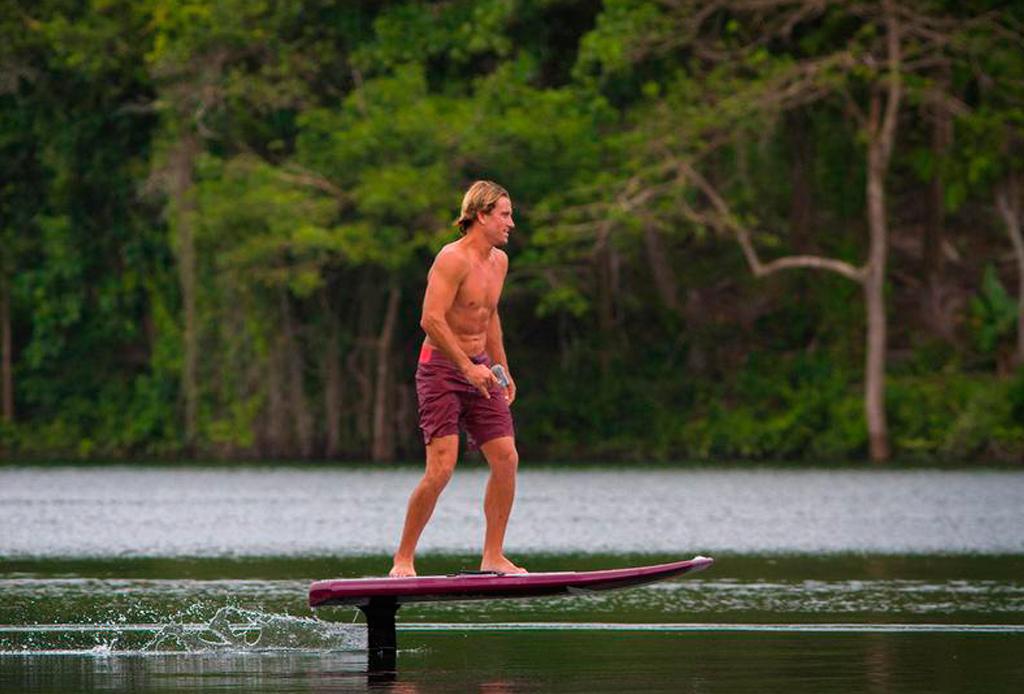 """Con esta tabla de surf puedes """"volar"""" en el agua"""