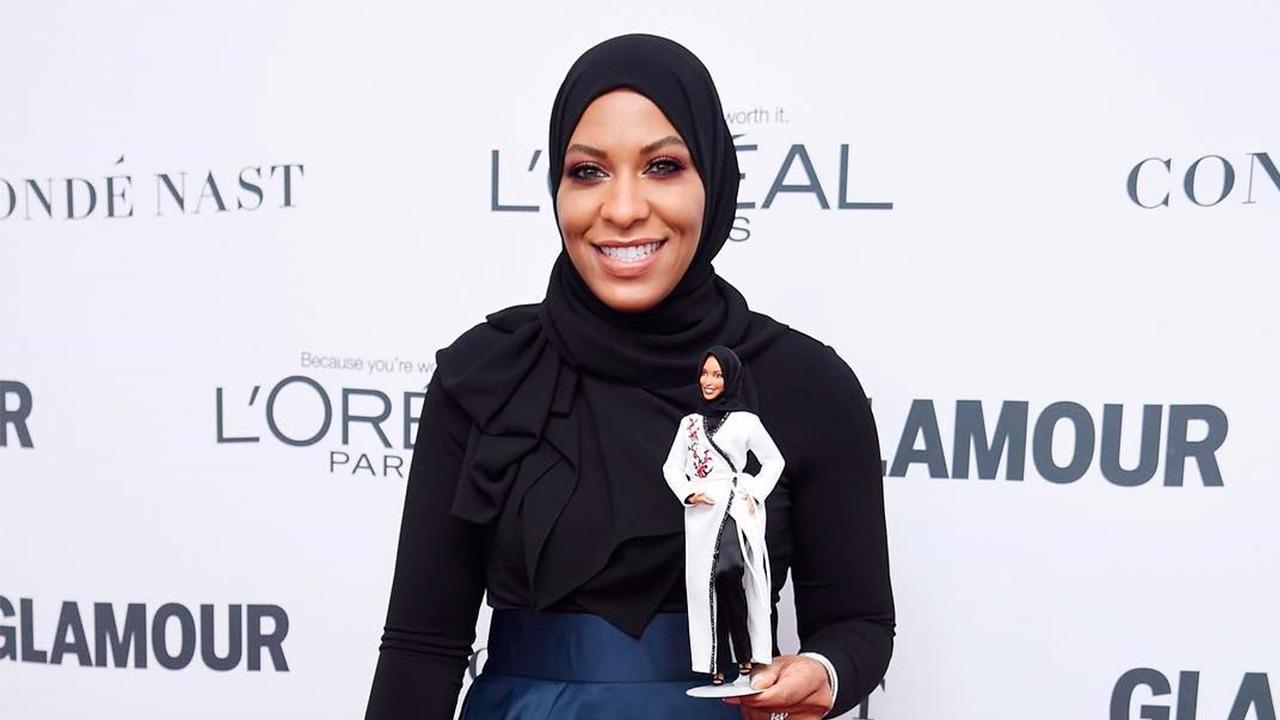 Esgrimista olímpica inspira la primera muñeca Barbie con hijab