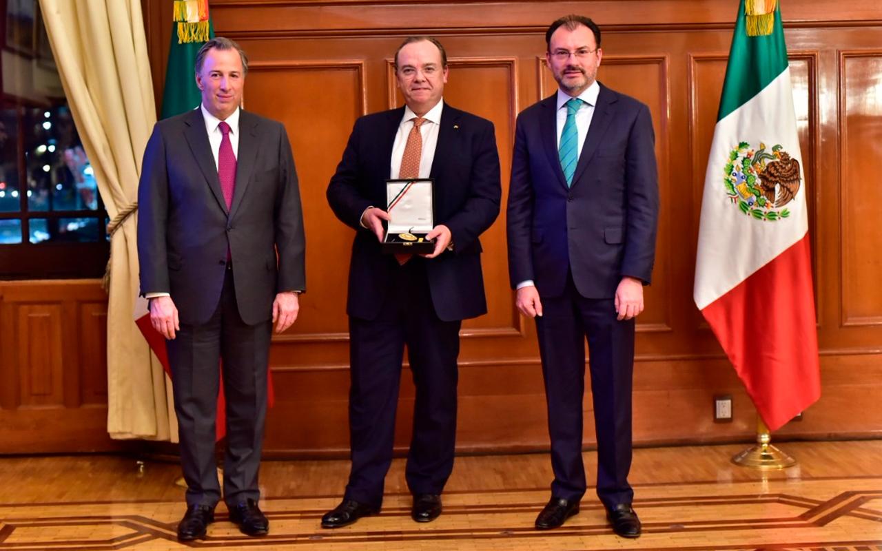 Director general de HSBC recibe la Orden del Águila Azteca