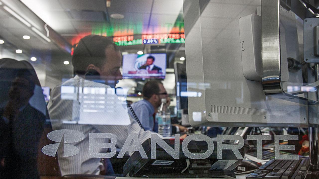 Interacciones prevé recorte de personal por fusión con Banorte