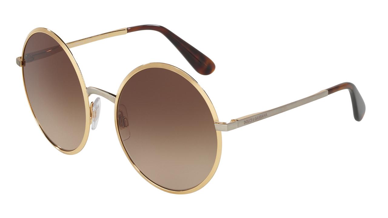 767c4281b2 ... gafas de sol. 1. Dolce & Gabbana. Simple y relajado, el modelo DG 2155  de Dolce & Gabbana es un claro ejemplo de que las formas redondas y los  elementos ...