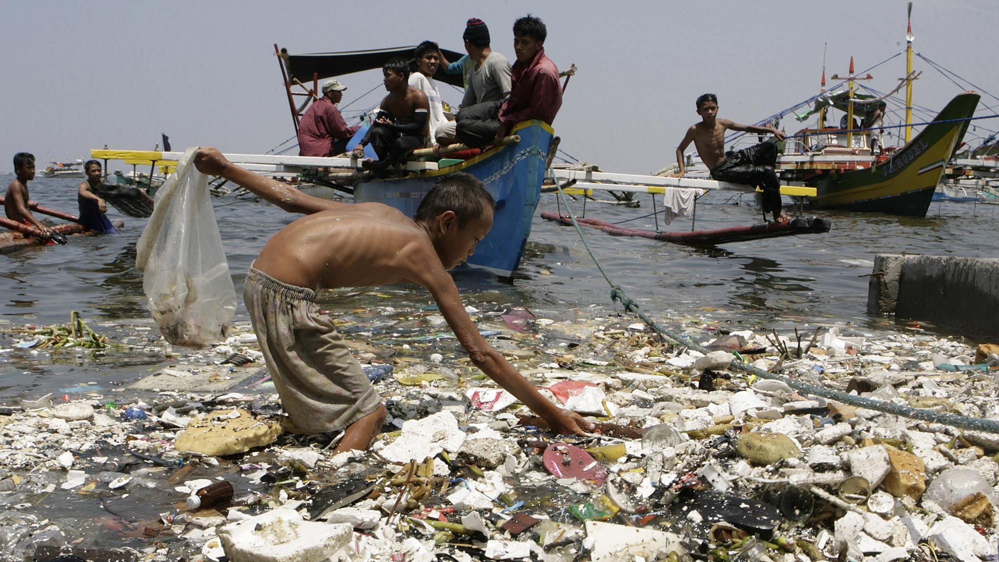 Más de 200 países prometen frenar la contaminación de los mares