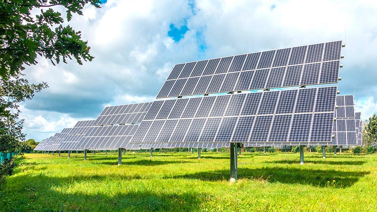 California firma una orden ejecutiva de energía limpia al 100%