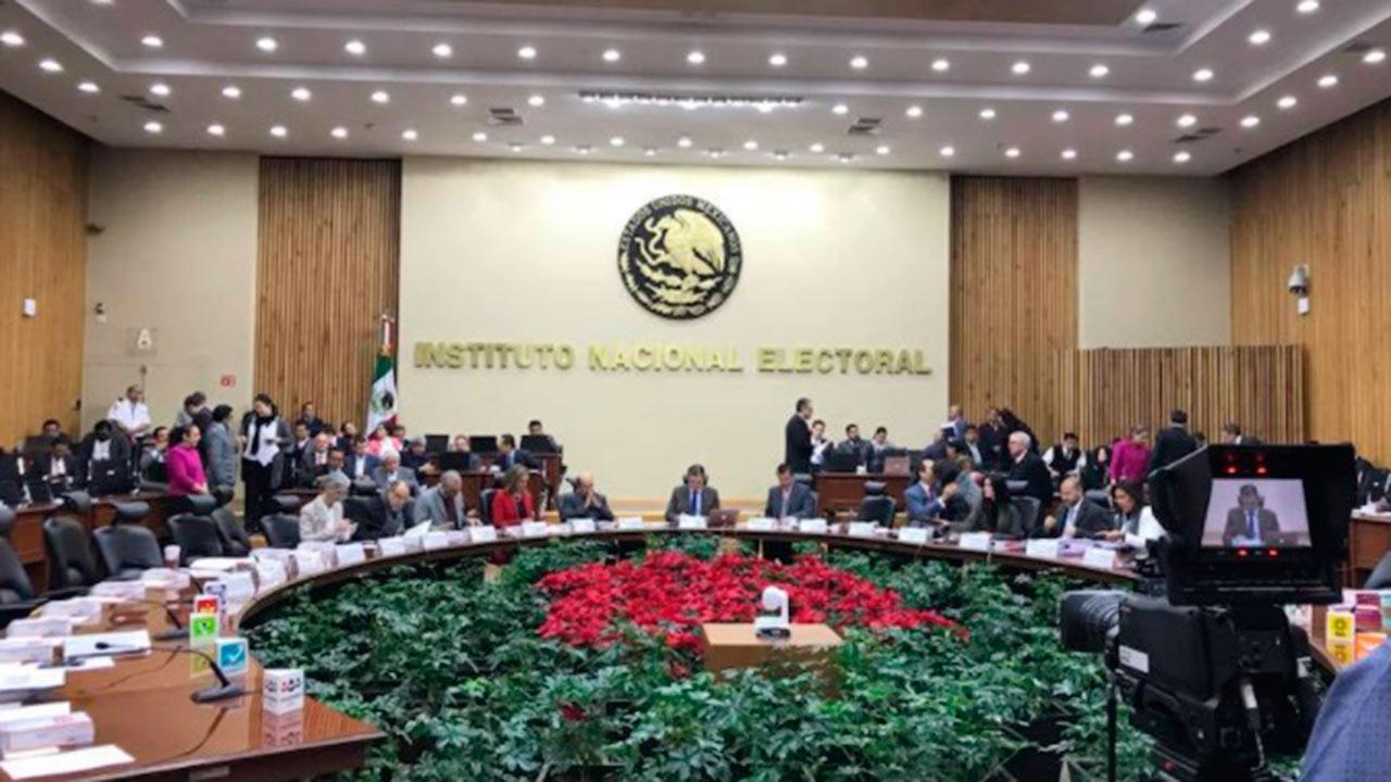 INE multa a 7 partidos por financiamiento ilícito con tarjetas en 2012