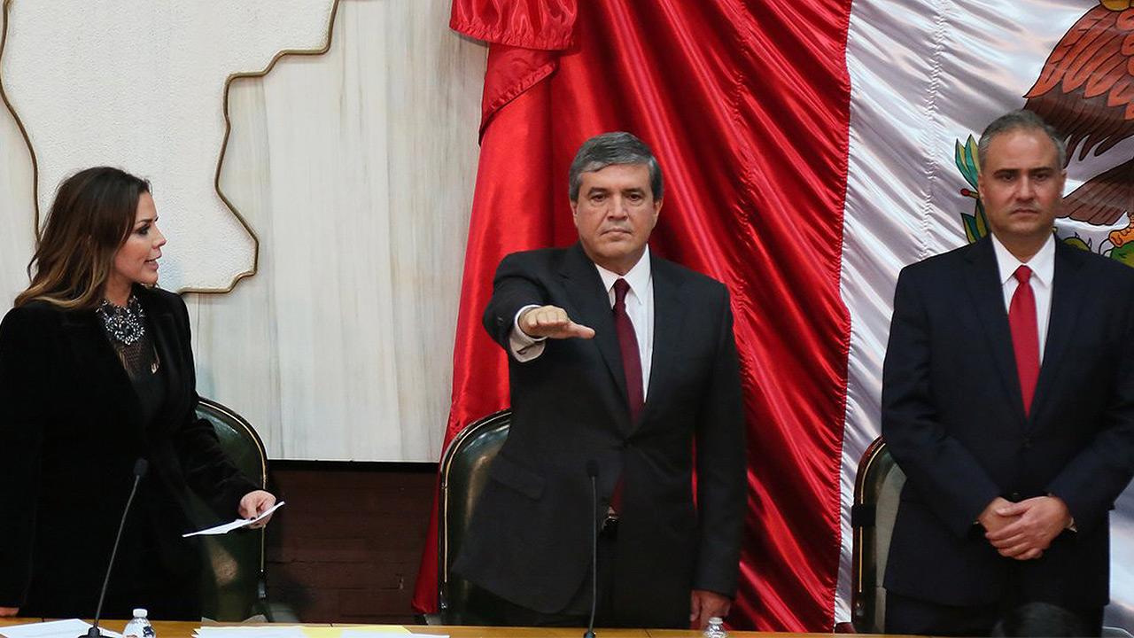 Manuel González asume gobierno interino en sustitución de 'El Bronco'