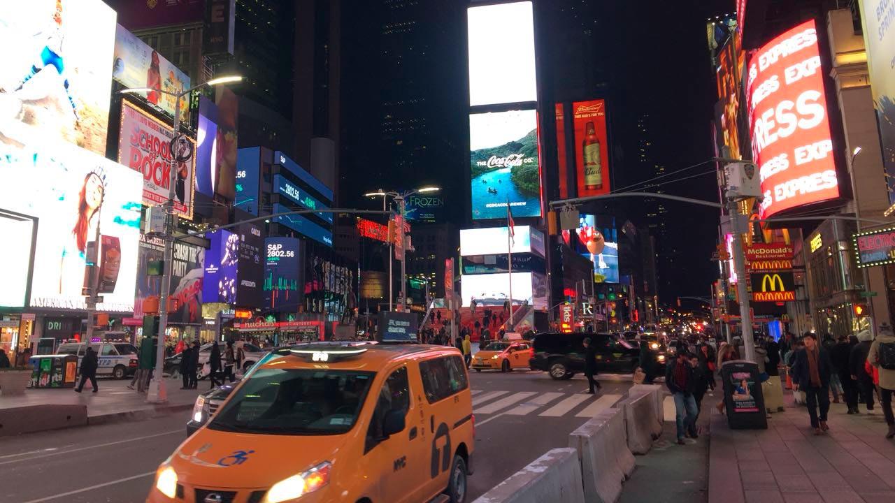 Nueva York intenta vencer al coronavirus vacunando noche y día
