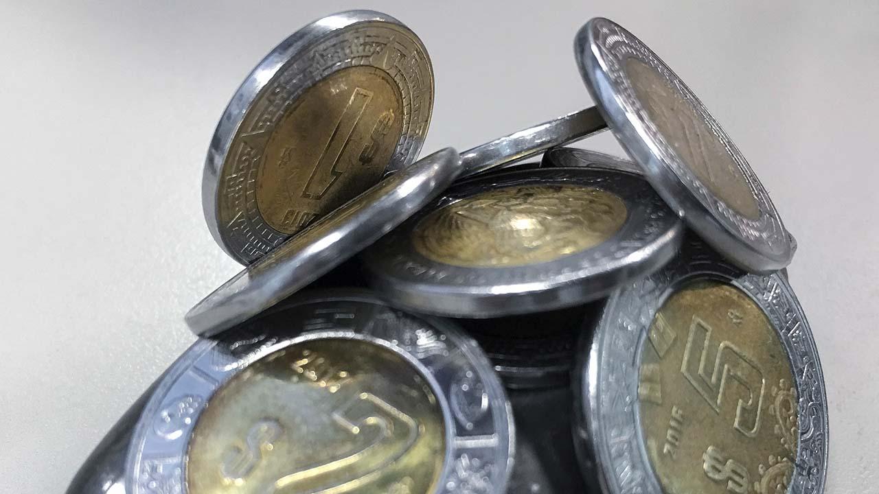 Peso pierde ante avance del dólar; espera minutas de la Fed