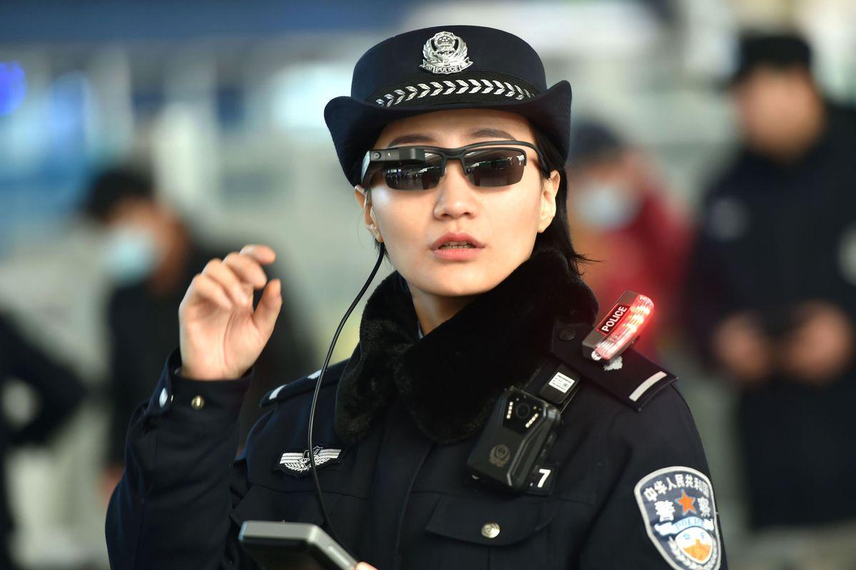 Policía china implementa lentes con reconocimiento facial