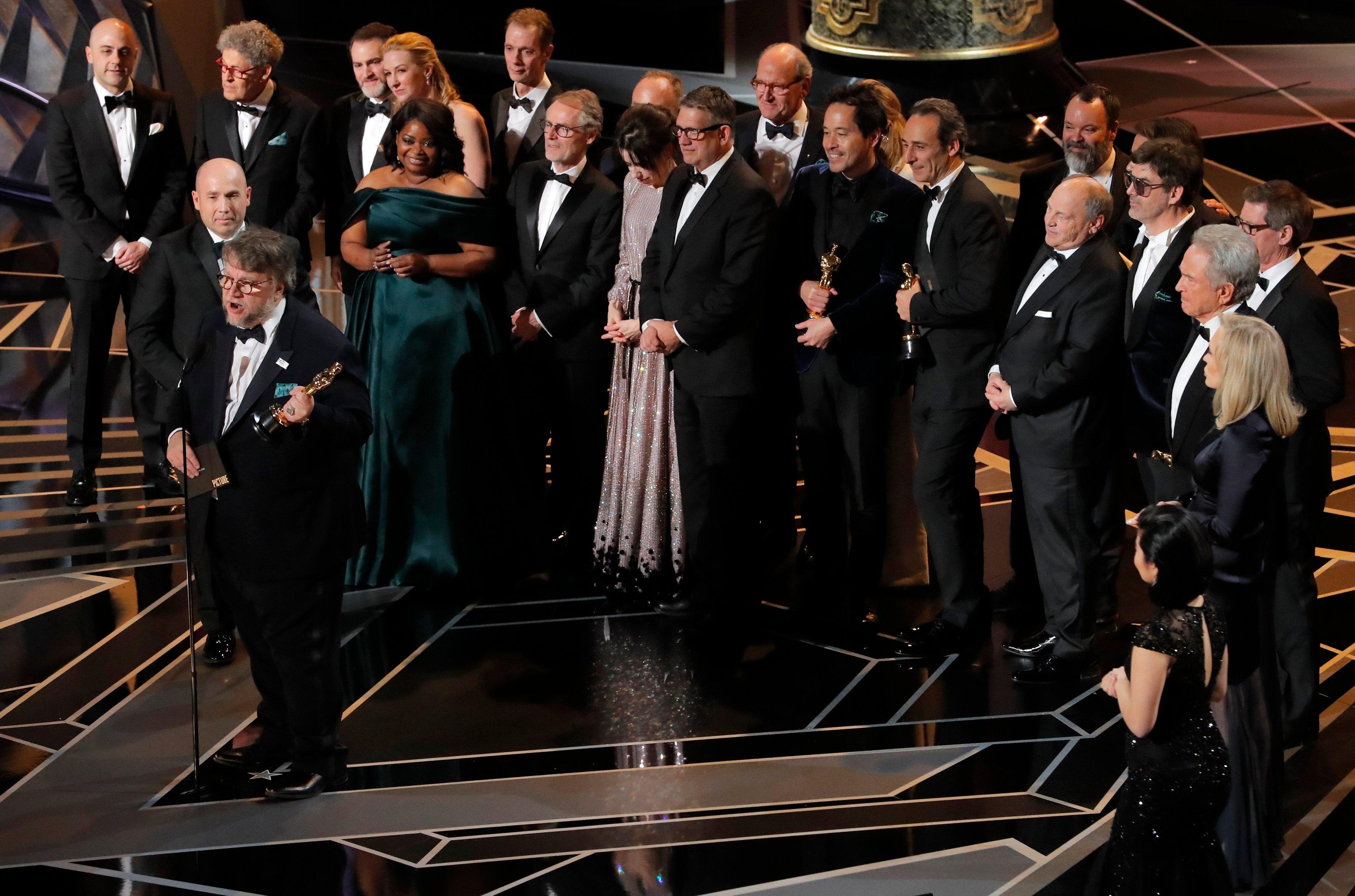 Del Toro dedica premio Oscar a los jóvenes