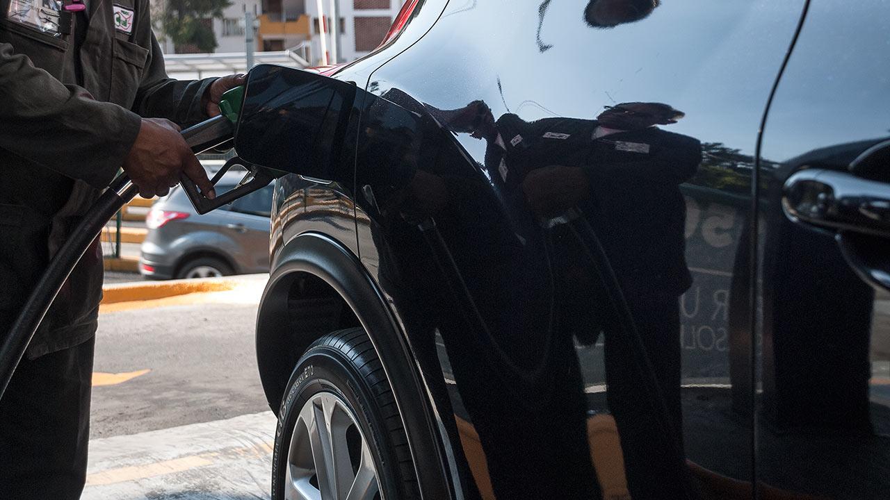 Gobierno electo hace cuentas para ver si quita impuesto a gasolinas