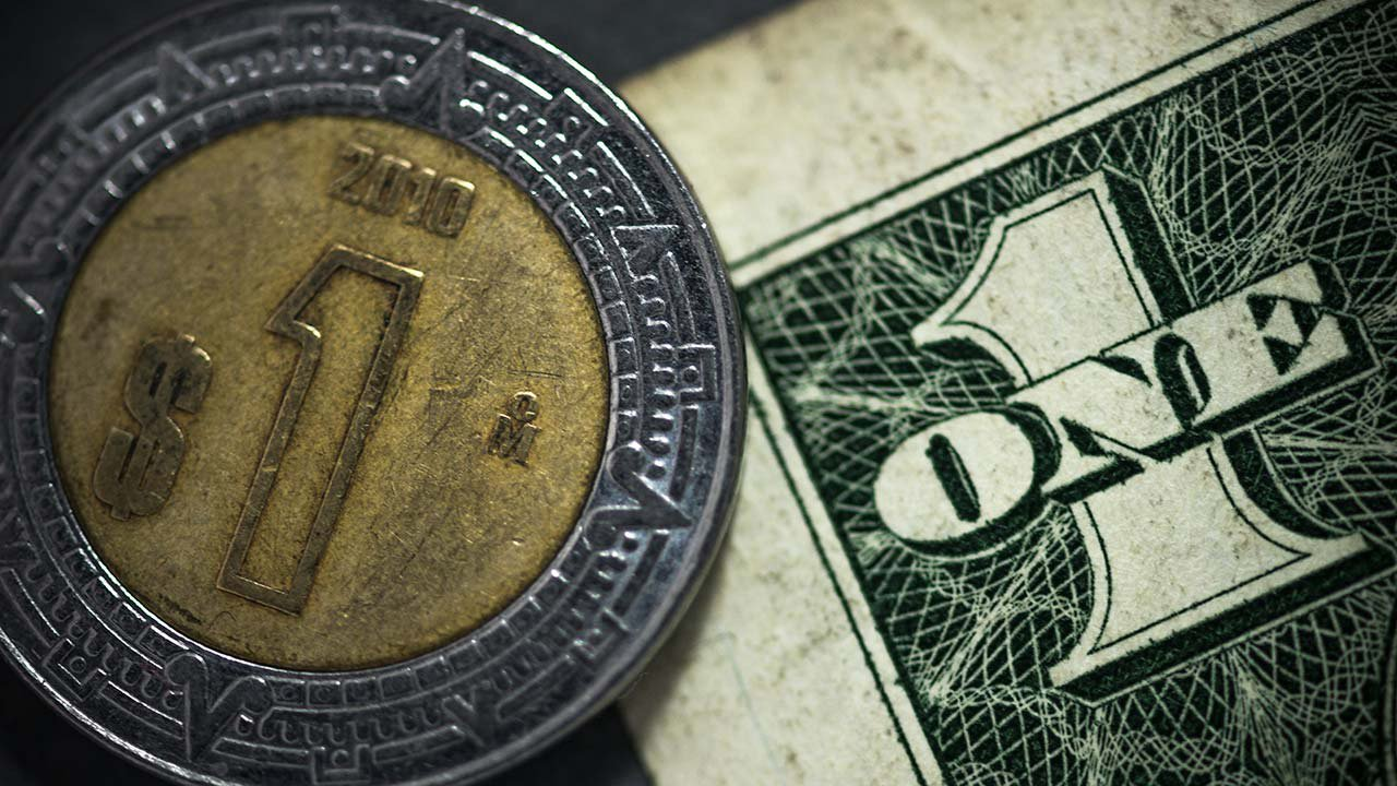 Peso mejora hasta 21.67 por dólar, pendiente de Trump