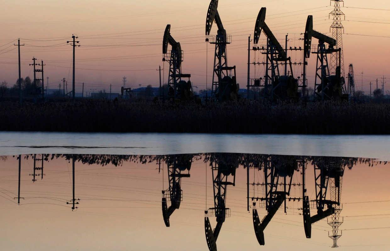 Precios del petróleo caen desde máximos en 4 meses por riesgos globales