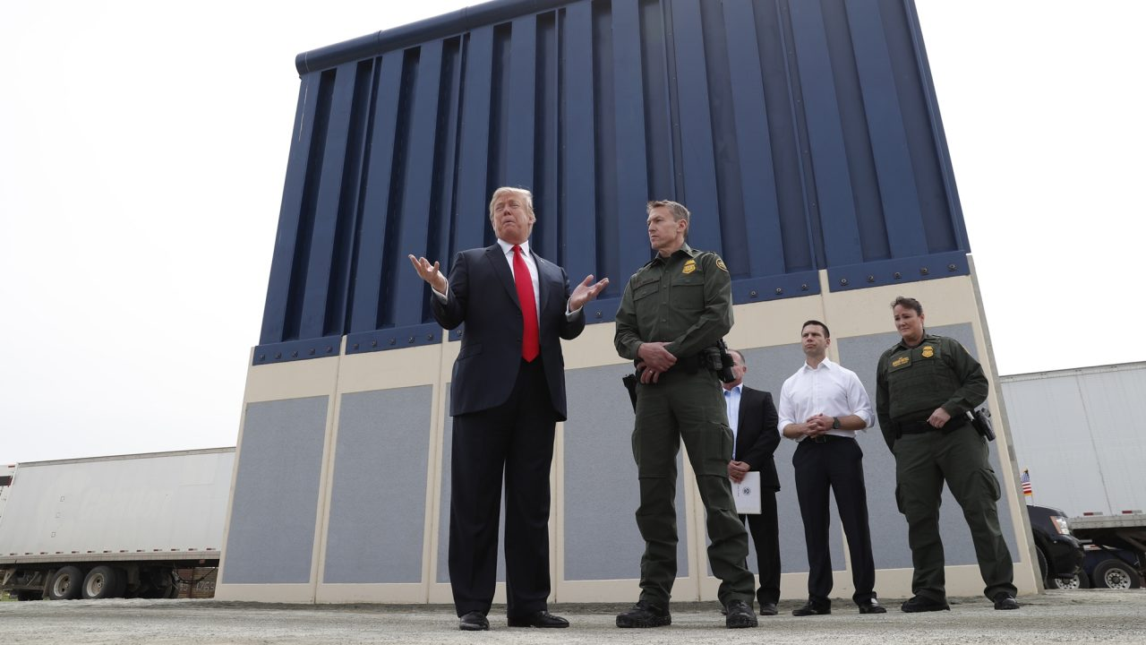 Trump advierte que va por financiamiento completo para su muro