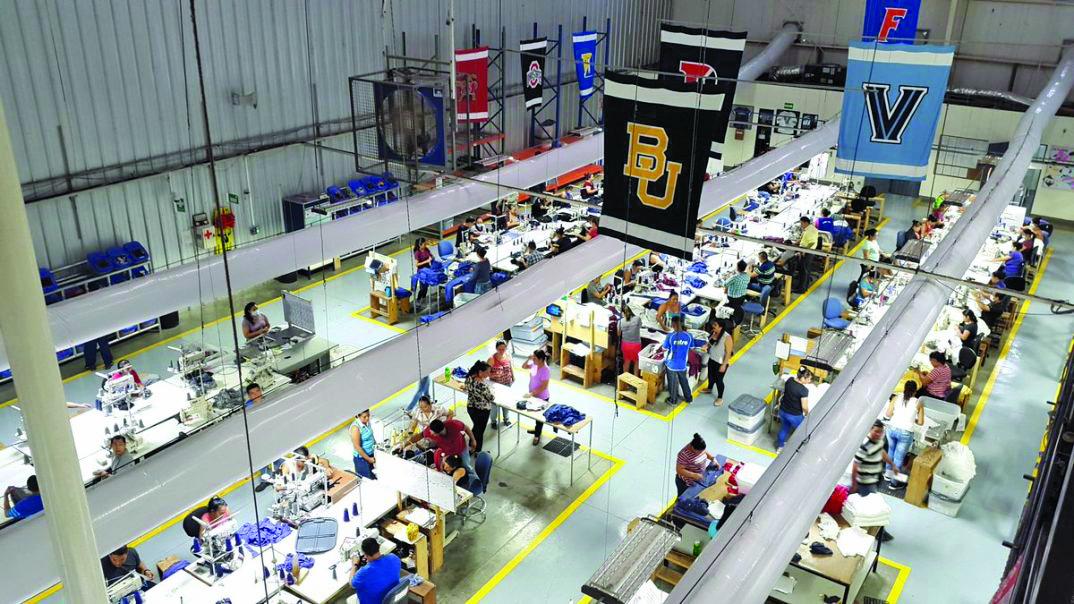 Estos expandilleros salvadoreños fabrican ropa para Harvard y Princeton