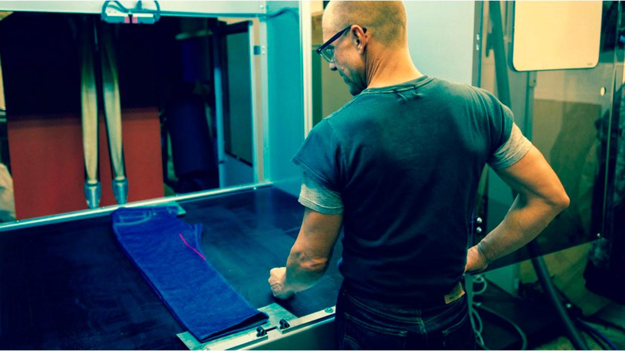 Levis sustituirá el trabajo manual por robots para desgastar sus jeans