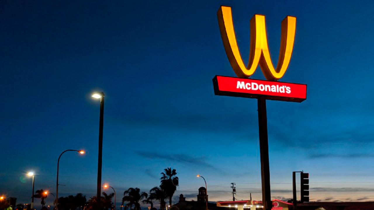 McDonald's gira su 'M' para conmemorar el Día de la Mujer