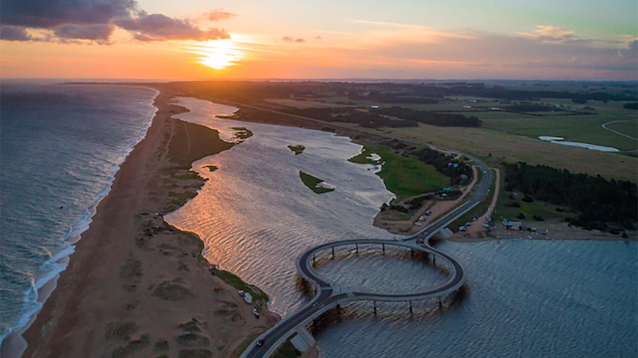 Camina en el puente flotante con forma de anillo en Uruguay