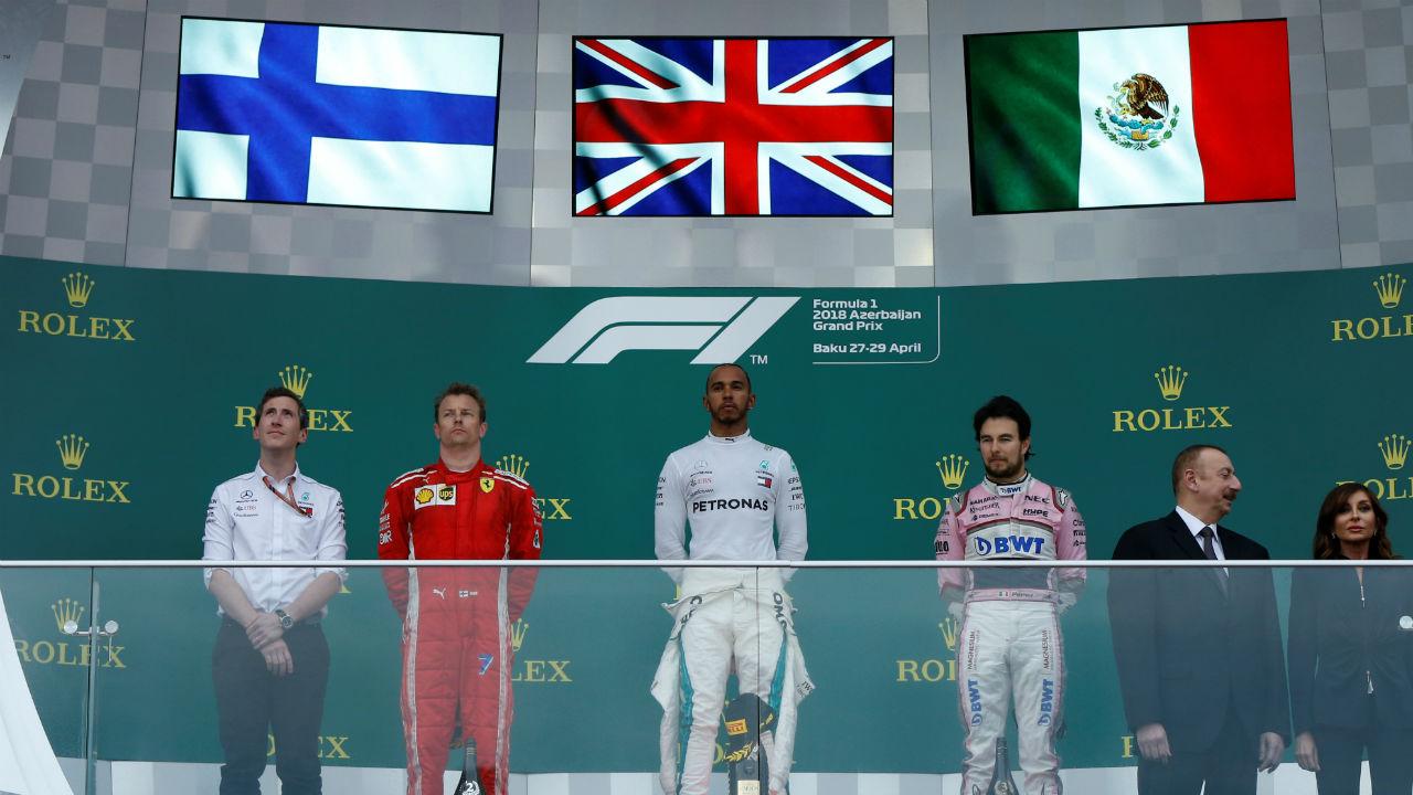 Hamilton gana el GP de Azerbaiyán, 'Checo' logra tercer lugar