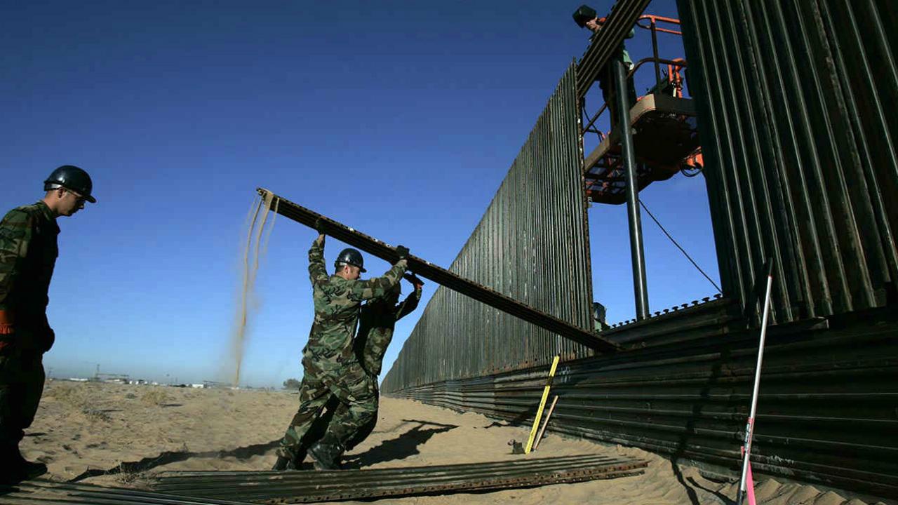 EU cierra paso fronterizo para reforzar barricadas ante arribo de migrantes