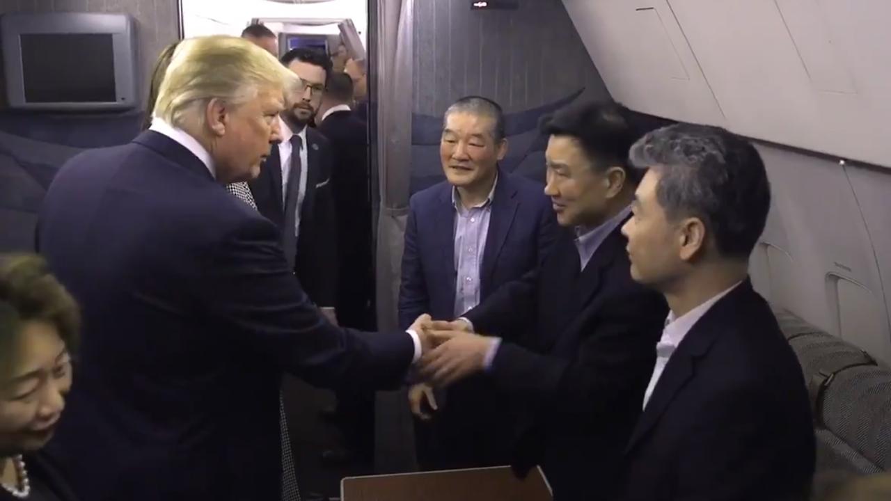 Trump recibe a estadounidenses liberados por Corea del Norte