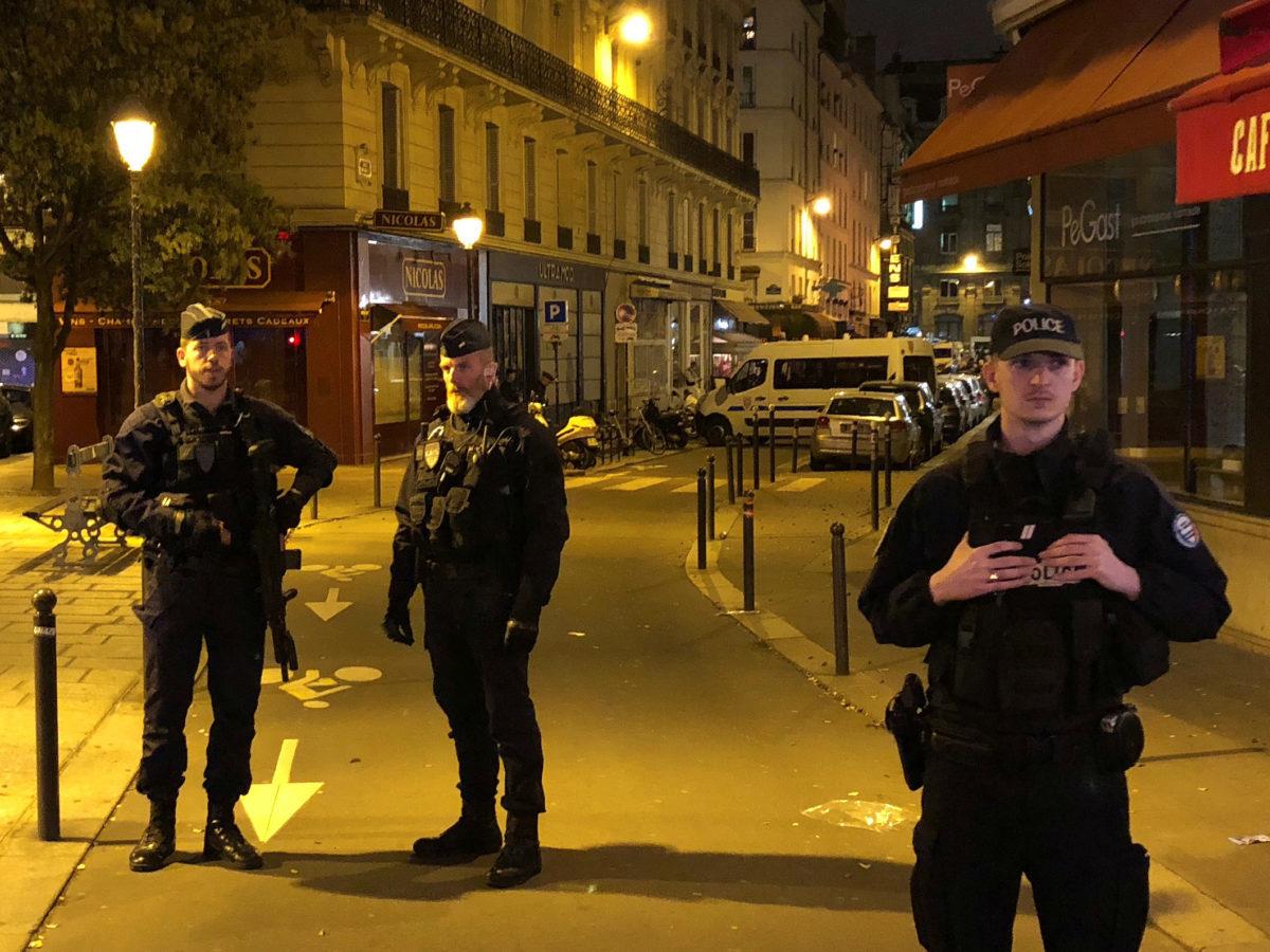 Registran casa de funcionarios sanitarios en Francia por dudas en manejo de la pandemia