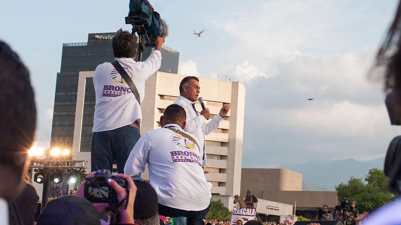 """Jaime Rodríguez Calderón, """"El Bronco"""", durante su cierre de campaña en la Macroplaza de Monterrey, Nuevo León. Foto: Angélica Escobar/Forbes."""