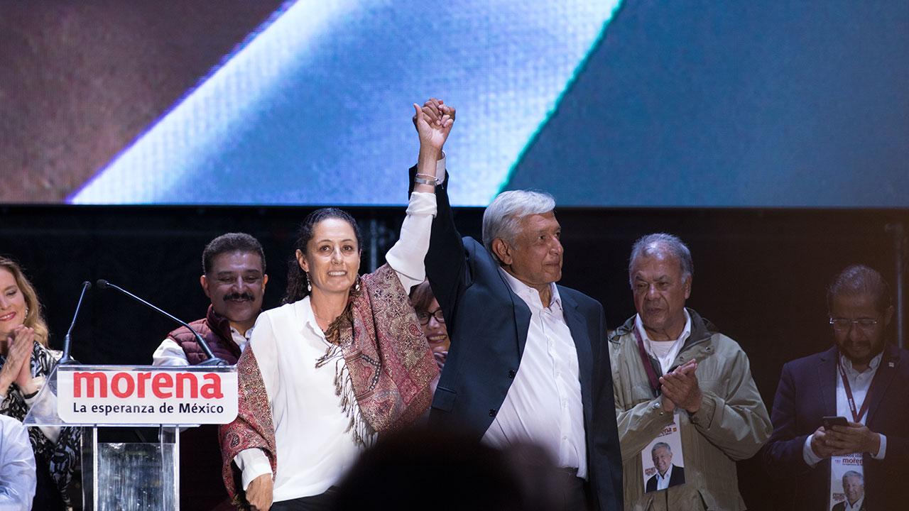 Claudia Sheinbaum y AMLO durante el cierre de campaña en el Estadio Azteca. Foto: Angélica Escobar/Forbes México.
