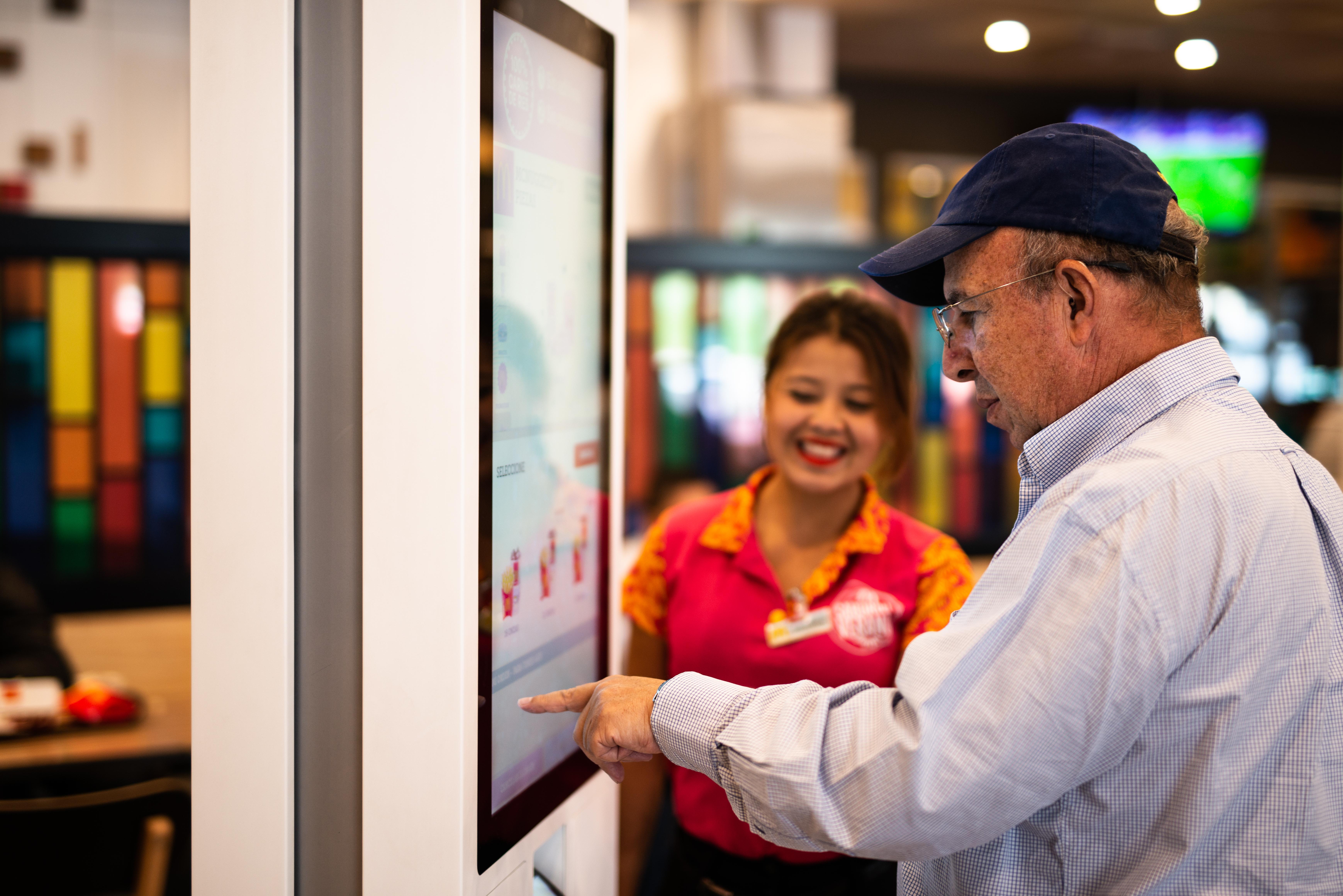 Con pantallas táctiles, McDonald's está conquistando Guatemala