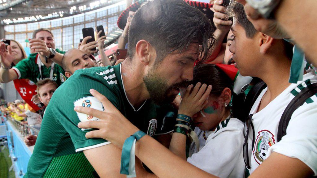 Oribe Peralta consuela a sus hijos al término del encuentro entre México y Suecia. Foto: Jorge Arciga/Notimex.