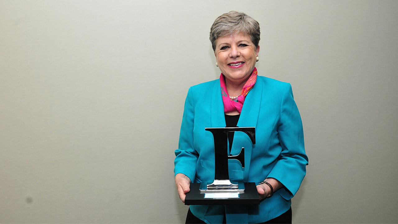 Alicia Bárcena recibe el reconocimiento Forbes a su trayectoria por la igualdad