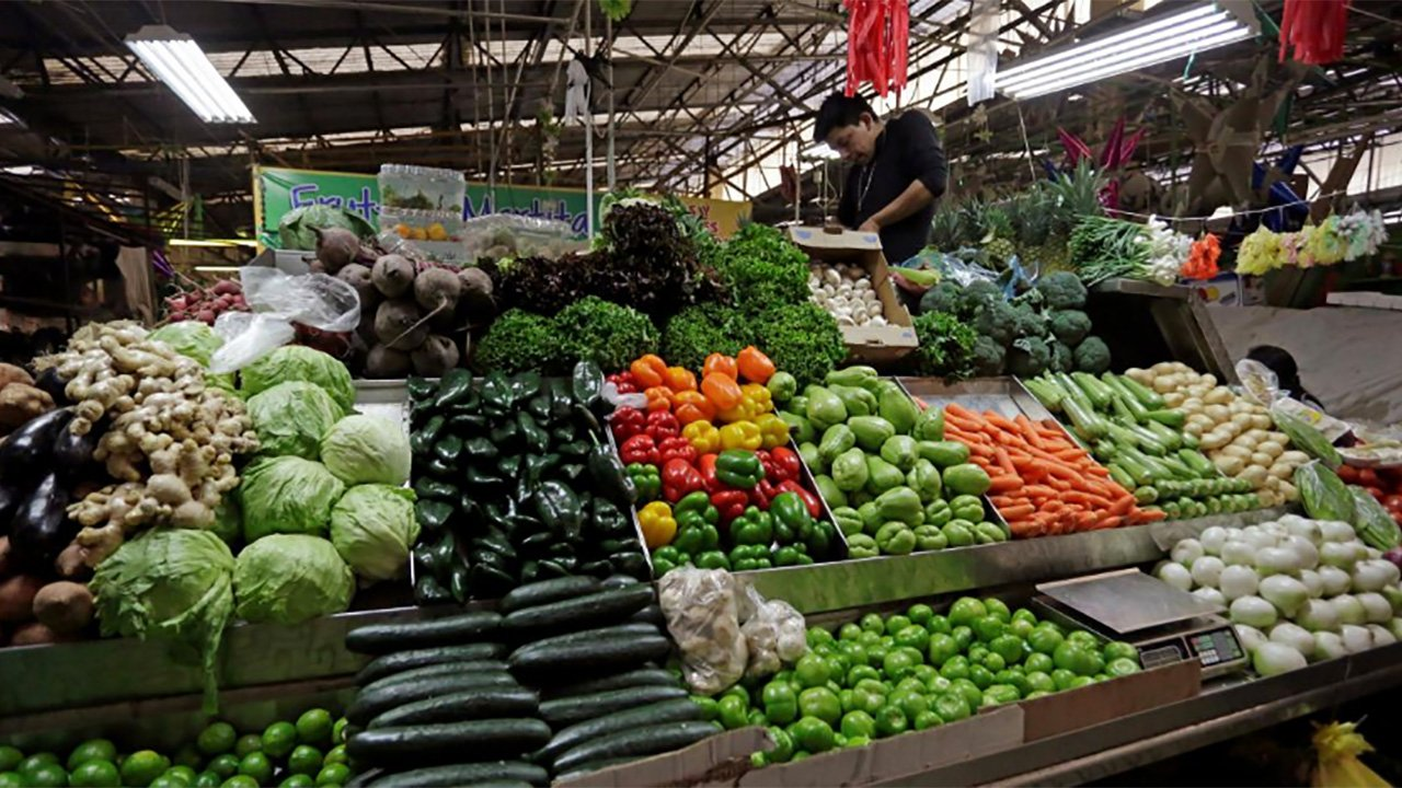 Alimentos y turismo impulsan inflación a 4.83% en diciembre
