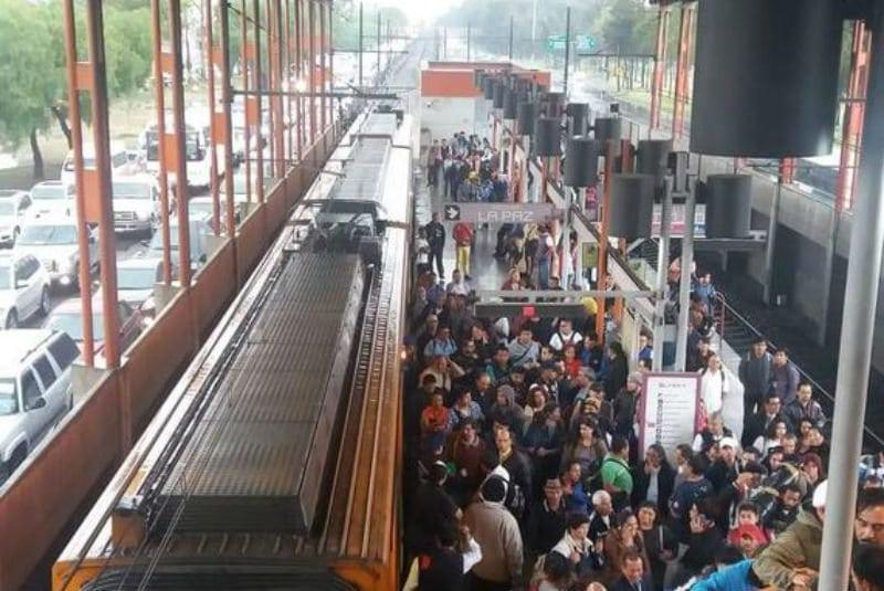 Por fuertes lluvias, Metro suspende servicio en estaciones de Línea A