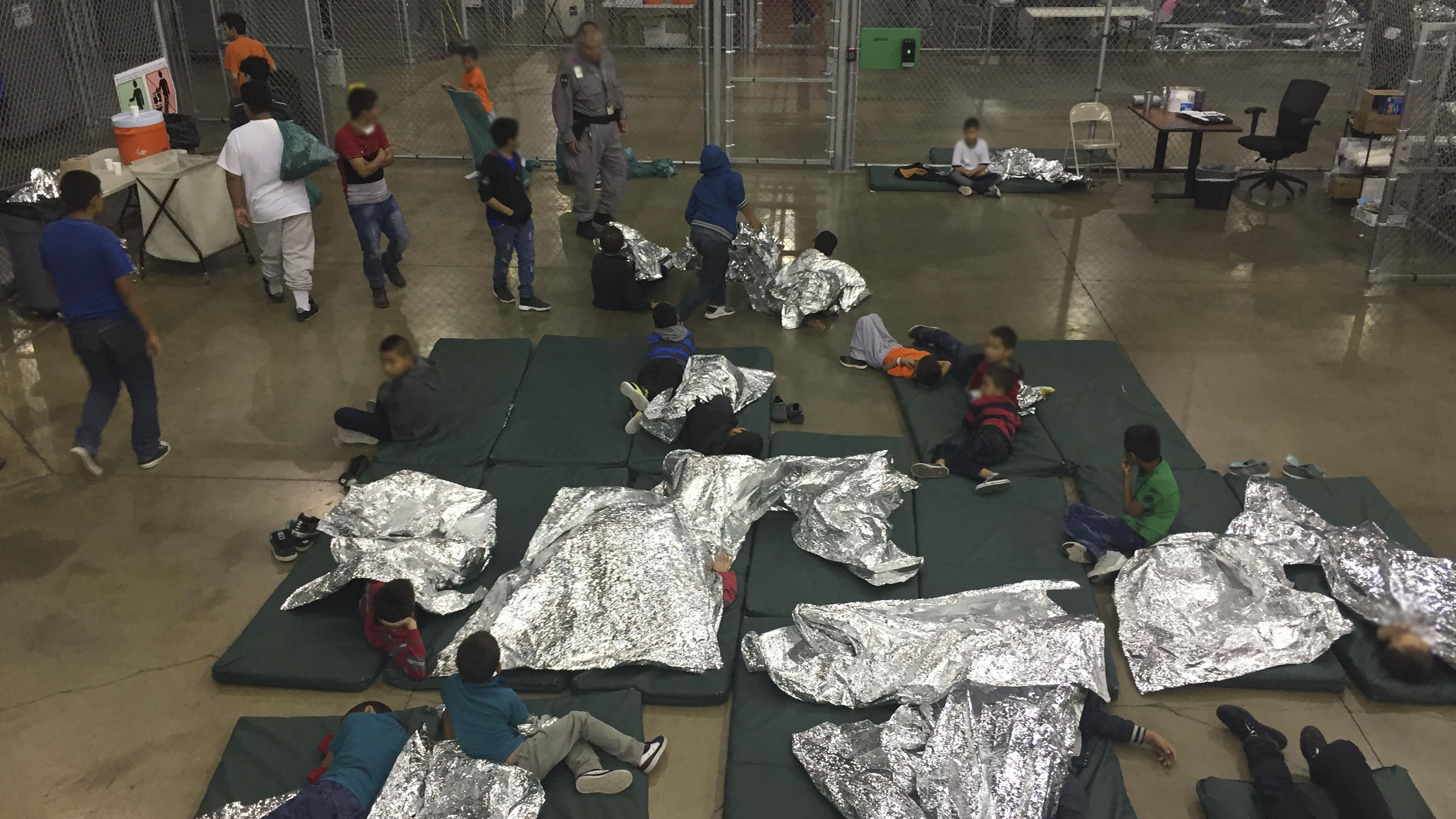 Encierro en jaulas, llanto de niños… así separa EU a familias migrantes