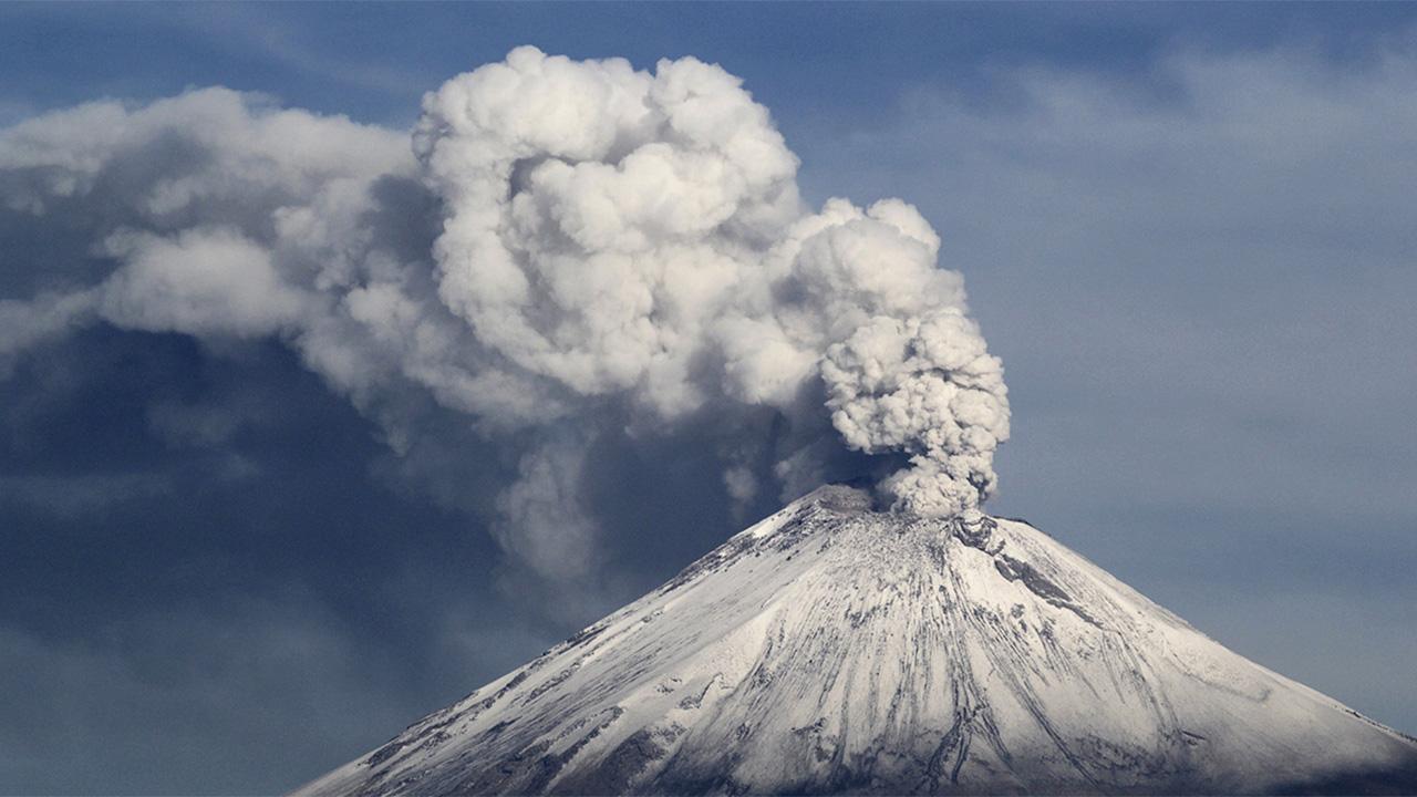 Popocatépetl lanza columna de ceniza y gas