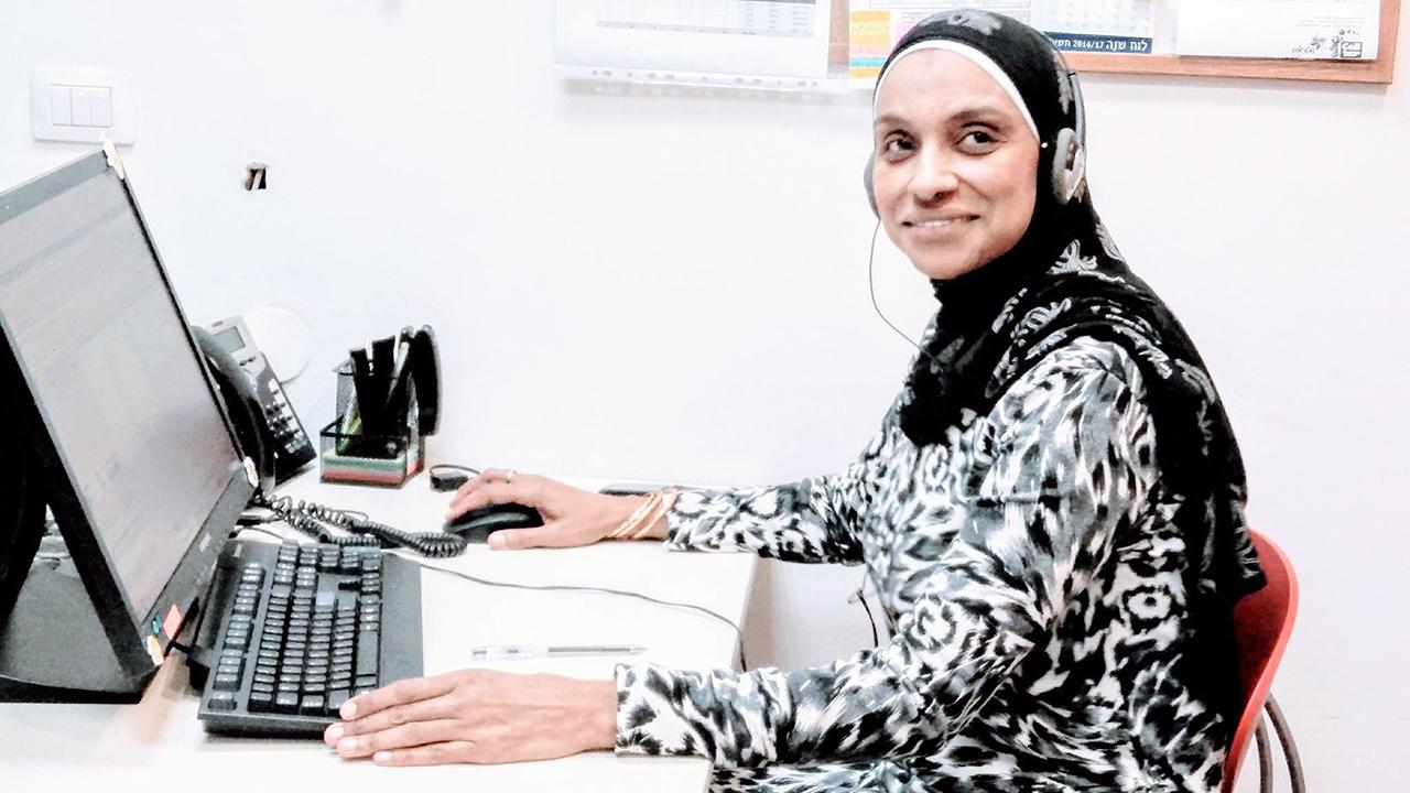 """Después de muchos años volví a sonreír. Tengo un trabajo. """"Mi nombre es Tahani Mani'i, tengo 46 años, soy residente de Jaffa y madre de cuatro. Durante muchos años estuve buscando un trabajo bueno y flexible. Es difícil para nosotras, las mujeres y las madres religiosas, porque somos religiosas y con frecuencia no llevamos muy buen vestido o porque somos mayores y la mayoría de los empleadores son renuentes a contratar personas de edad avanzada. Estaba cerca de la desesperación. Hace unos cinco años me contaron sobre """"Call Yachol"""", una empresa social que ofrece una oportunidad real. Llegué a una entrevista de trabajo y me alegré de que me aceptaran. Después de muchos años volví a sonreír"""". Foto: Call Yachol."""