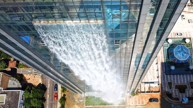 China construye una cascada artificial sobre un rascacielos