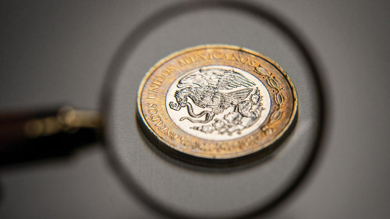 Peso corta racha a la baja a costa del dólar; BMV cae a la par de Wall Street