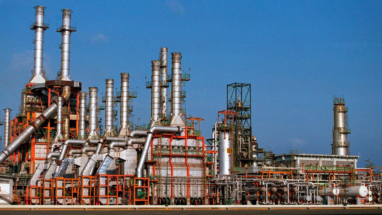 Guerra de precios del petróleo forzaría recortes de producción en Pemex y otras petroleras de Latam
