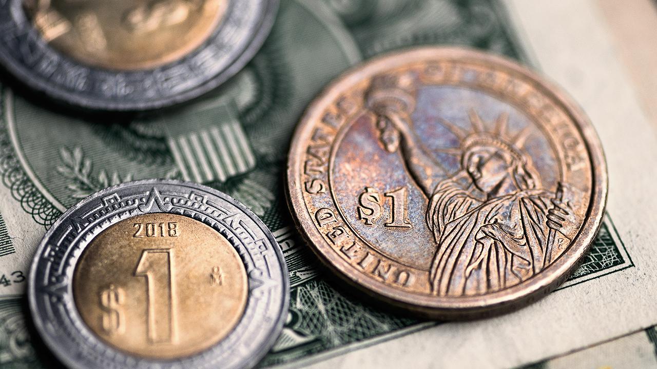 Peso gana por debilidad del dólar; espera datos de EU y minutas