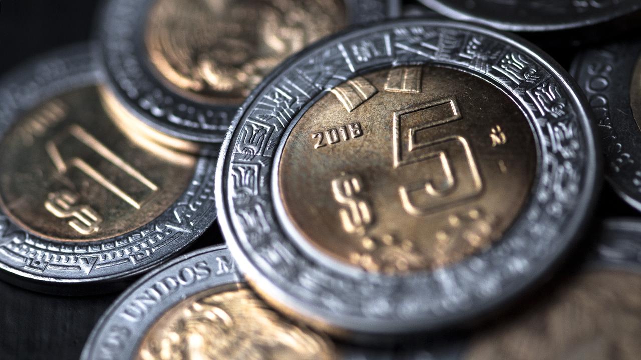 Peso avanza tras conocer presupuesto; BMV retrocede por nerviosismo global