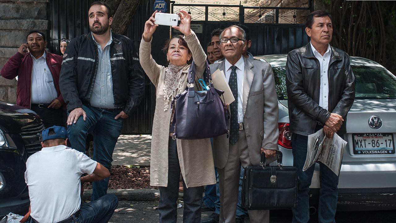 De lejos, muchos han esperado horas, el discurso acaba y ellos siguen en espera de la atención. Foto: Angélica Escobar/Forbes México.