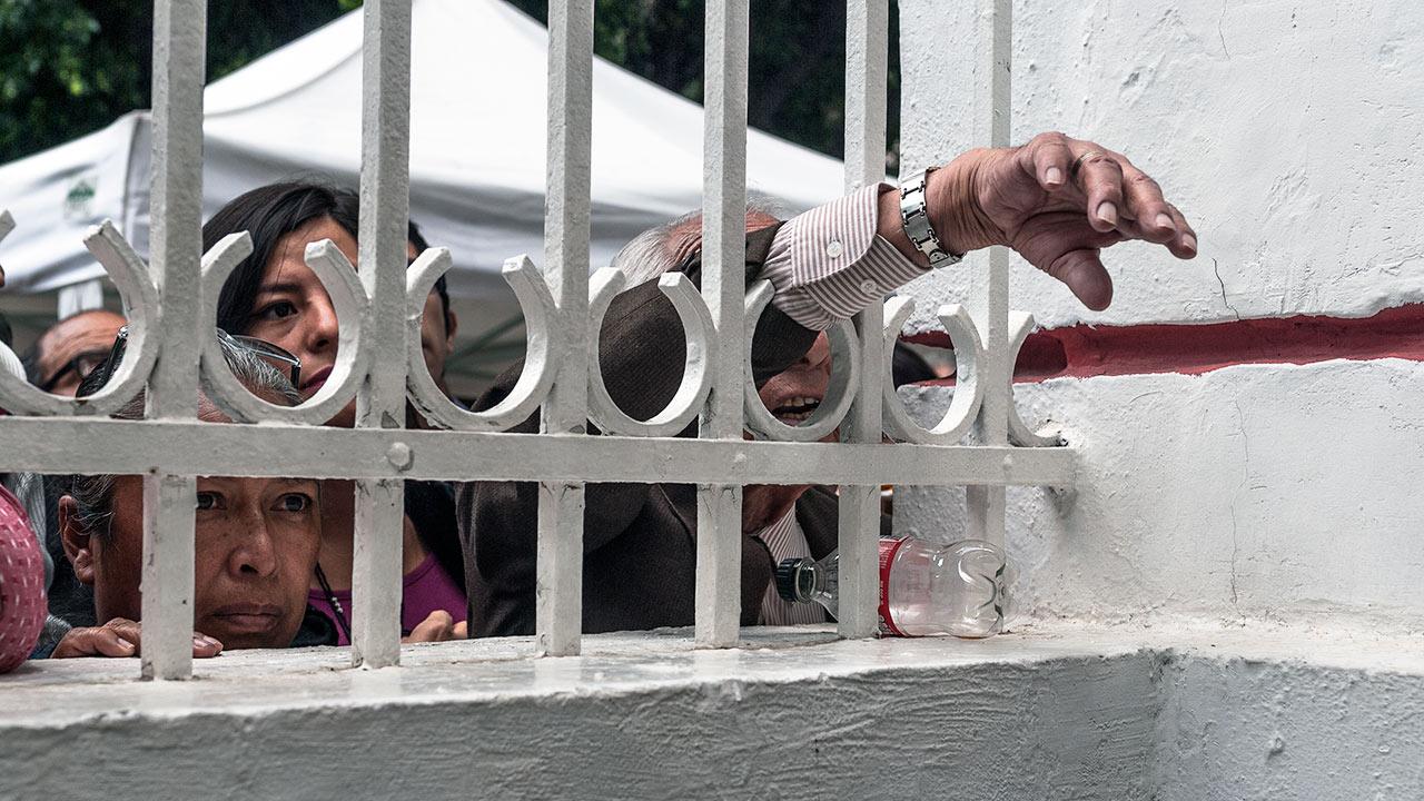 La gente intenta llamar la atención de los futuros funcionarios para ser atendida o sean recibidos sus documentos. Foto: Angélica Escobar/Forbes México.