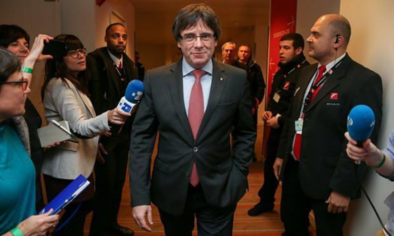 Tribunal español retira orden de detención y entrega contra Puigdemont