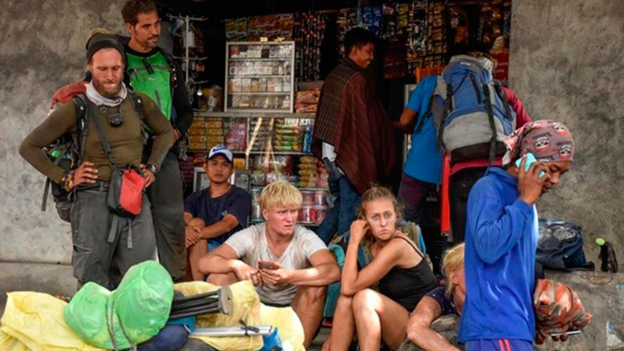 Turistas quedan atrapados cerca de volcán tras sismo en Indonesia