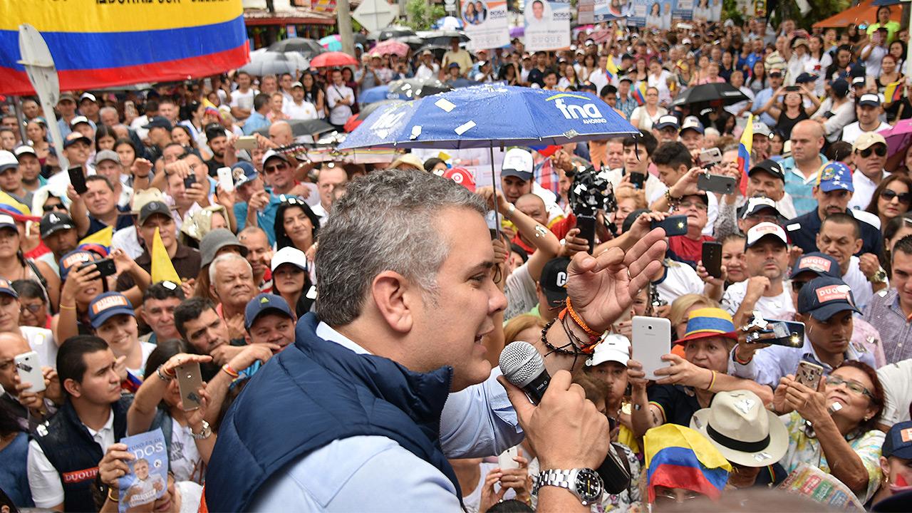 Crecer la economía y conservar la paz, los retos del nuevo presidente de Colombia