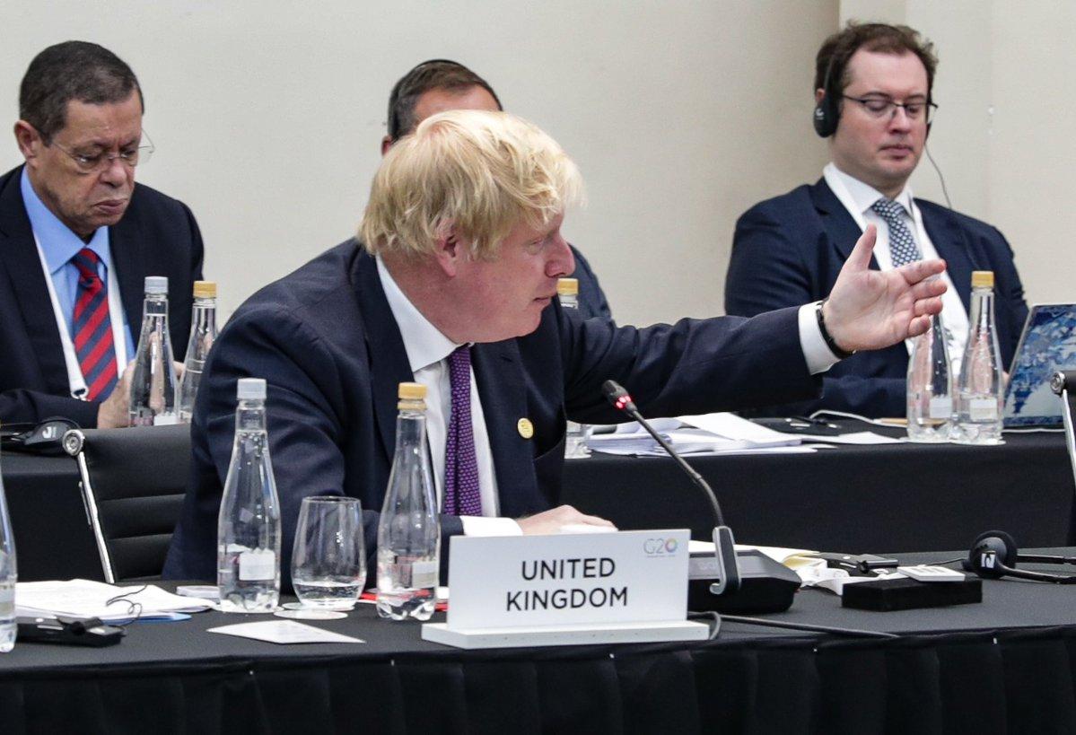 El canciller británico Boris Johnson renuncia a su cargo