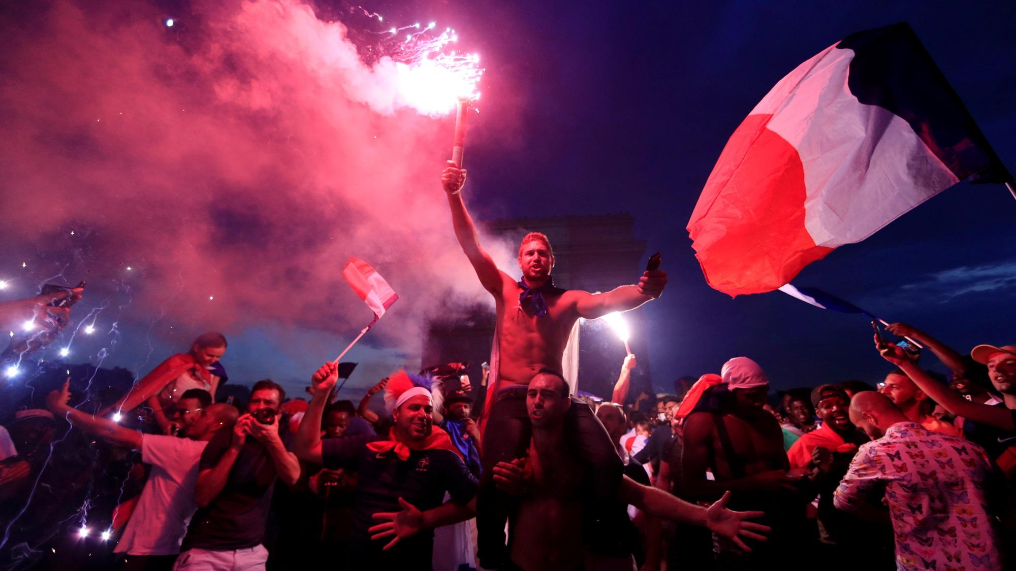 Festejo mundialista en París termina con choques con la Policía
