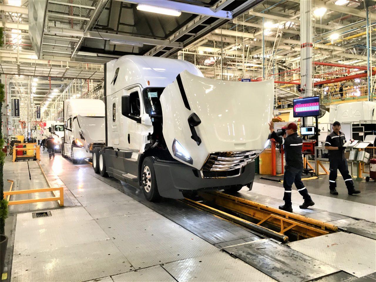 Daimler te enseña cómo ensambla un tractocamión en menos de 5 minutos